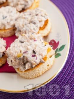 Апетитни парти хапки / мини брускети с риба тон, маслини, лук и майонеза - снимка на рецептата